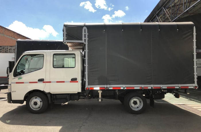 Camion Hino Dutro Team estacas.jpg