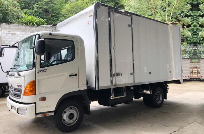 Camion-Hino-FC9J-Light-furgon-carga-seca.jpg
